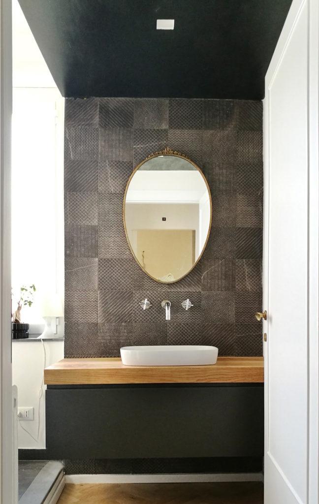 armoire de salle de bains avec miroir vintage sur un mur avec des tuiles maku fap