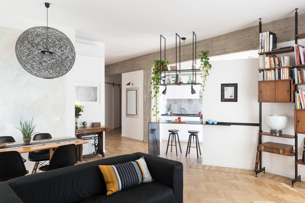salon de vie avec style industriel et poutres et piliers en béton exposés. interno 2 al pigneto